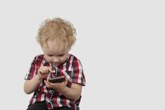 Chłopiec z bubla telefonem Obrazy Royalty Free