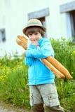 Chłopiec z dwa baguettes Obraz Royalty Free