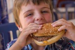 Chłopiec z hamburgerem Obraz Stock