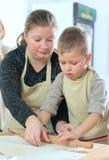 Chłopiec z jego macierzystym kucharstwem Zdjęcie Stock