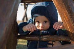Chłopiec z kapiszonem w zimnie Zdjęcia Royalty Free