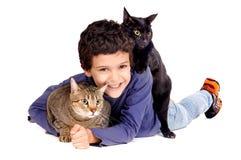 Chłopiec z kotami Zdjęcia Royalty Free