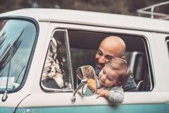 Ch?opiec z ojcem w samochodzie obraz royalty free