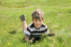 Chłopiec z pastylka pecetem Obrazy Stock