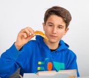 Chłopiec z plasterkiem pizza Zdjęcie Stock