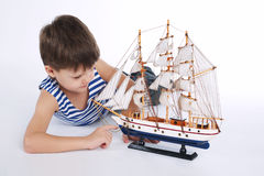 Chłopiec z statkiem na bielu Zdjęcie Royalty Free