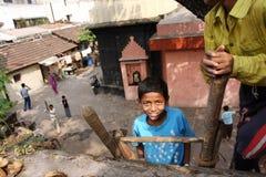 chłopiec zabawa jarda Zdjęcia Royalty Free