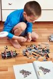 Chłopiec zbiera plastikowego children projektanta Obraz Stock