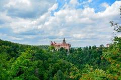 Ch?teau c?l?bre Ksiaz dans l'heure d'?t? nuageuse de jour de la Pologne photos libres de droits