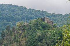 Ch?teau de Poenari, connu sous le nom de citadelle de Poenari, montagnes vertes photos libres de droits