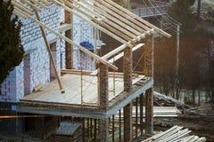 Chałupa domowy budynek w budowie z ścianami robić wydrążenie piany izolacji bloki, drewniana dach rama i dołączający ganeczek, fotografia stock
