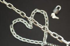 Chaîne argentée sur le fond noir, amour fort de concept Images libres de droits