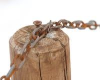 Chaîne avec le poteau en bois et le fond blanc Image stock