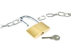 Chaîne cassée en métal, cadenas débloqué et une clé Photographie stock libre de droits