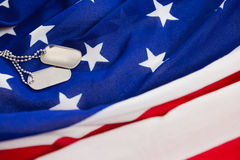Chaîne d'étiquette de chien sur un drapeau américain Photo stock