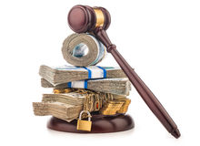 Chaîne d'argent et marteau de juge d'isolement sur le blanc Photo stock