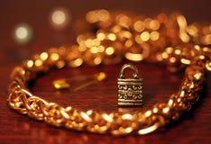 Chaîne d'or avec la petite serrure de bijou Photos libres de droits