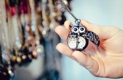 Chaîne de bronze de hibou de montre de collier de bijoux rien lond du marché de colline images libres de droits