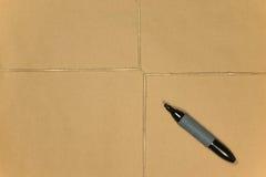 chaîne de caractères de crayon lecteur de colis de papier brun attachée Photos stock