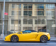Chaîne 2013 de Lamborghini Gallardo Spyder d'orange Photographie stock libre de droits