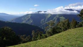 Chaîne de montagne avec des nuages Images stock