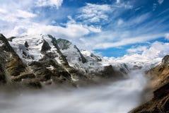 Chaîne de montagne avec le brouillard dans la vallée Image stock