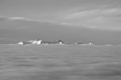 Chaîne de montagne couronnée de neige Photo stock