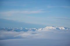 Chaîne de montagne couronnée de neige Photos stock