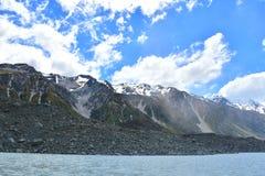 Chaîne de montagne couronnée de neige par le glacier de Tasman Image stock