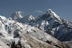 Chaîne de montagne couverte dans la neige photo libre de droits