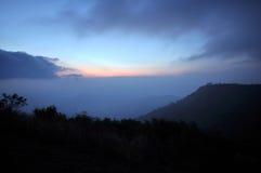 Chaîne de montagne de brouillard à l'aube Images libres de droits