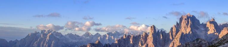 Chaîne de montagne de Cadini en dolomites Photographie stock libre de droits