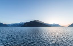 Chaîne de montagne des Alpes au coucher du soleil photo stock