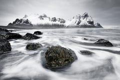 Chaîne de montagne devant le ressac sauvage photographie stock
