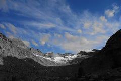 Chaîne de montagne en noir et blanc avec les cieux bleus image libre de droits