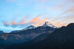 Chaîne de montagne pendant le matin Photographie stock libre de droits