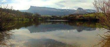 Chaîne de montagne réfléchie sur un lac Photo stock