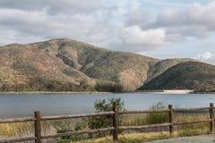 Chaîne de montagne, réservoir, lac et barrière Image stock