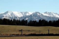 Chaîne de montagne recouverte par neige Image stock