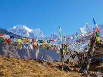 Chaîne de montagne sur le fond des drapeaux de prière en Himalaya Photographie stock