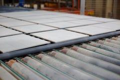 Chaîne de production avec les carreaux de céramique photographie stock libre de droits