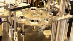 Chaîne de production d'usine pour le remplissage et l'emballage de crème sure banque de vidéos
