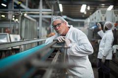 Chaîne de production de surveillance d'ingénieur d'usine Images stock