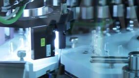 Chaîne de production médicale d'ampoules Contrôle de qualité pharmaceutique de fiole médicale banque de vidéos
