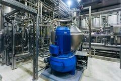 Chaîne de production moderne de brasserie Équipement de filtration de bière et machines de pompe image stock