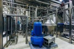 Chaîne de production moderne de brasserie Équipement de filtration de bière et machines de pompe photographie stock libre de droits