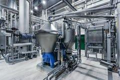 Chaîne de production moderne de brasserie Équipement de filtration de bière et machines de pompe images libres de droits