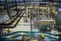 Chaîne de production moderne de brasserie, vue aérienne Bande de conveyeur, canalisation pour la livraison d'ingrédient, machines photo libre de droits