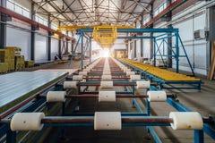 Chaîne de production de panneau 'sandwich' d'isolation Convoyeur de rouleau de machine-outil dans l'atelier images libres de droits