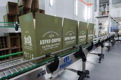 Chaîne de production pour l'emballage des vins mousseux Photos stock